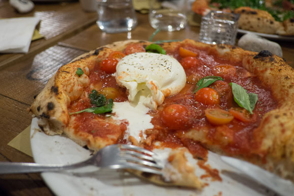 cyrus_blow_pizza_italy